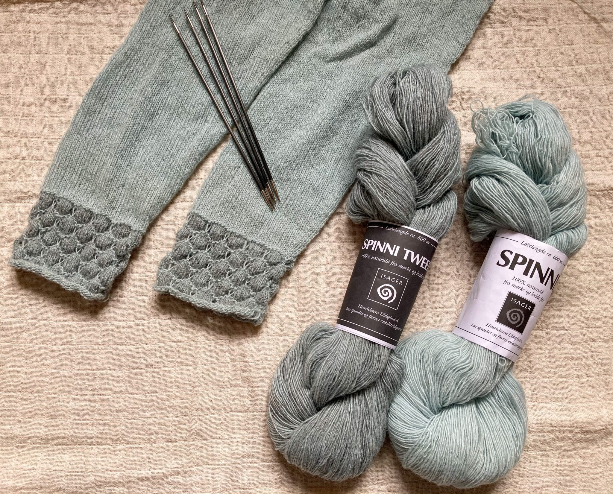 Stilhed UFO sleeves ready for frogging and Spinni yarn from Isager